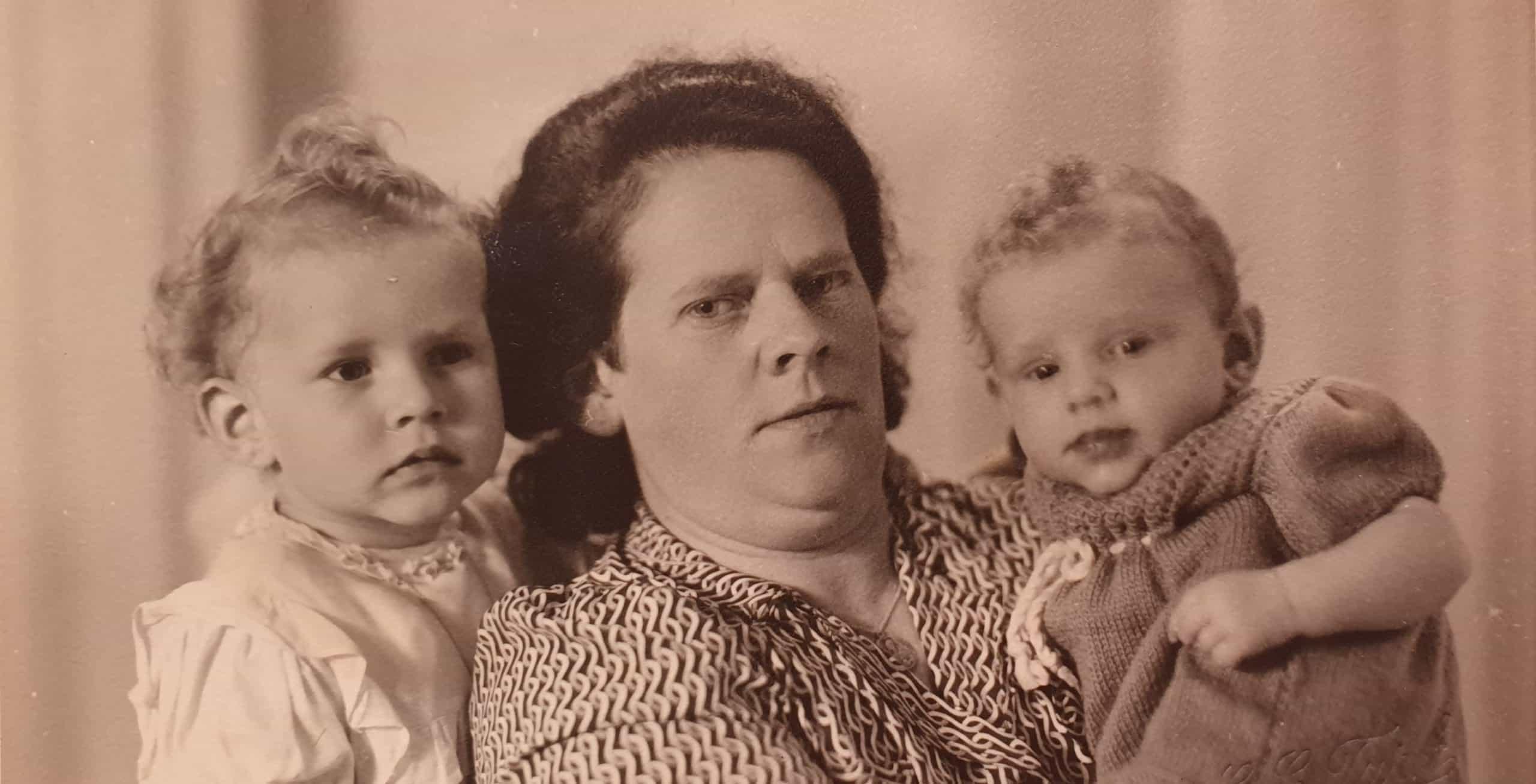 Groepsportret van mijn moeder, haar moeder en haar zusje in 1946